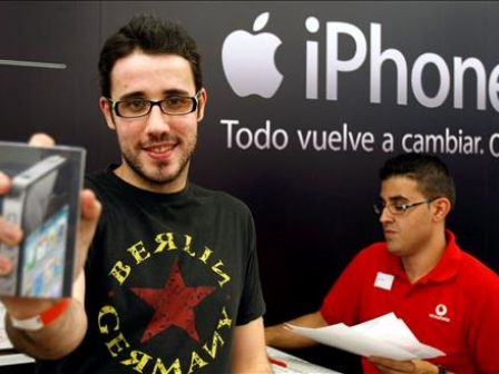 iPhone berriaren lehen erosleetako bat Espainian. EFE