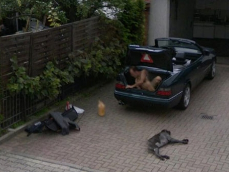 Google Street View-n biluzik azaldutako gizonaren irudia.
