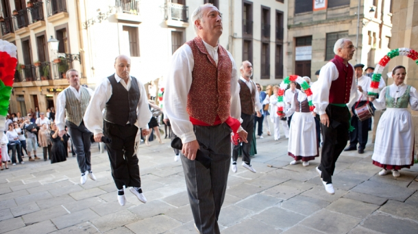 An authentic Basque 'Jota' dance. Photo: Aaron Delesie.