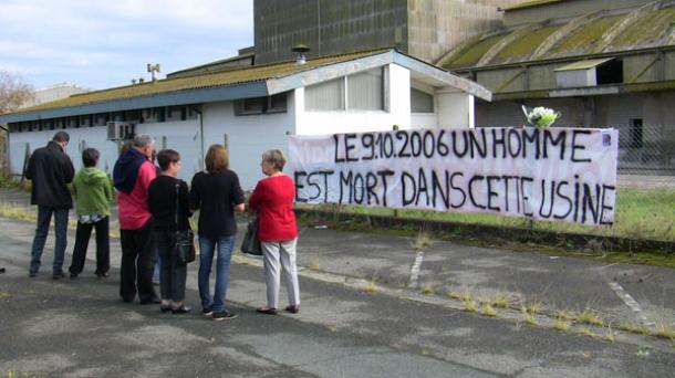 Les proches de Gérard Puyau, rassemblés devant l'usine Fertiladour du Boucau.