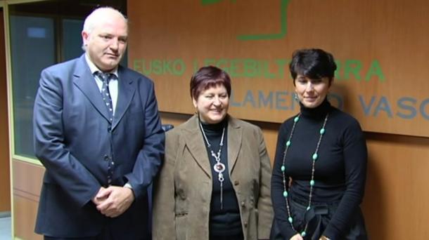 Roberto Blanco (PP), Mertxe Agúndez (PSE-EE) y Maribel Vaquero (PNV). Foto: EITB