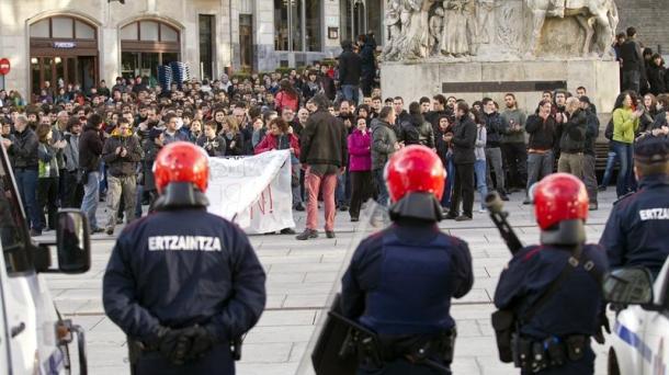 Agentes de la Ertzaintza en una de las concentraciones por la muerte de iñigo Cabacas, Foto: EFE.