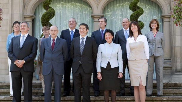 El lehendakari, acompañado de sus consjeros, en una imagen de 2009.