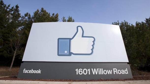Facebooken egoitza nagusiaren sarrera, Menlo Park-en (Kalifornia, AEBak).