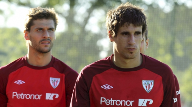 Javi Martínez and Athletic striker Fernando Llorente (l).