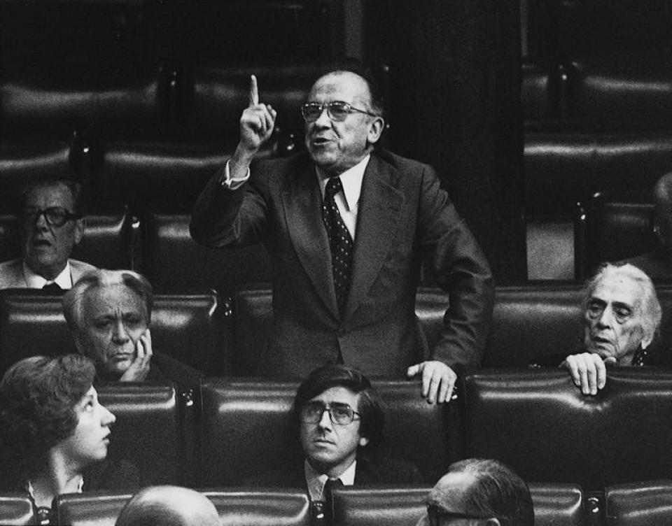 Santiago Carrillo Diputatuen Kongresuan 1977an. Bere alboan Dolores Ibarruru eta Ignacio Gallego.