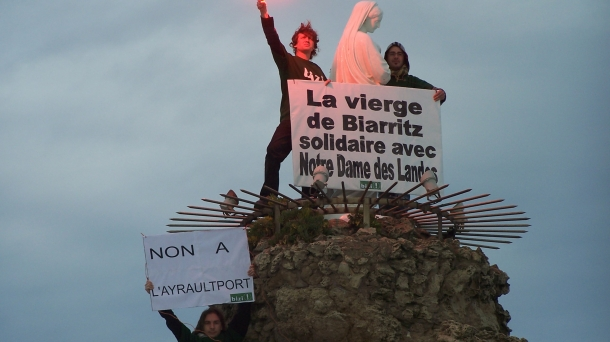 La Vierge de Biarritz solidaire de Notre Dame des Landes. Photo: Bizi