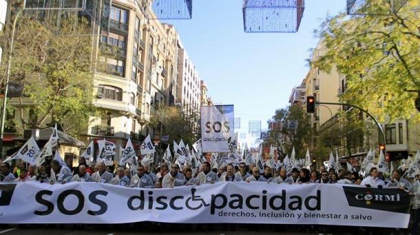 Miles de personas han apoyado a discapacitados y sus familias en su protesta por las calles de Madrid.
