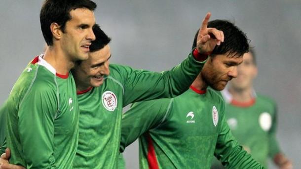 Aduriz, Xabi Prieto y Xabi Alonso celebran un gol de la Euskal Selekzioa. Foto: EFE
