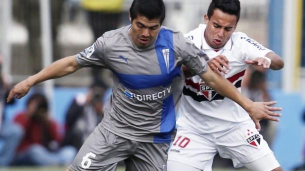 Francisco 'Gato' Silva disputando un partido con Universidad Católica. Foto: EFE