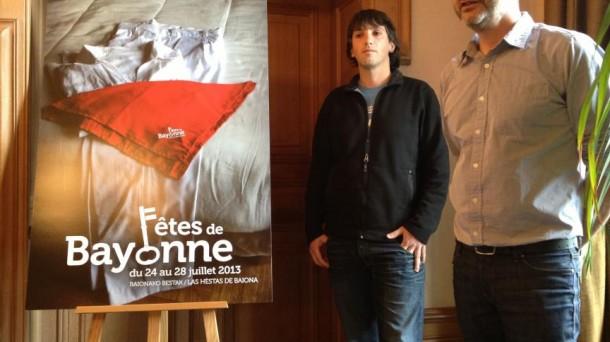 L'affiche de Bayonne 2013 et son créateur, Harri Idoate (à gauche).
