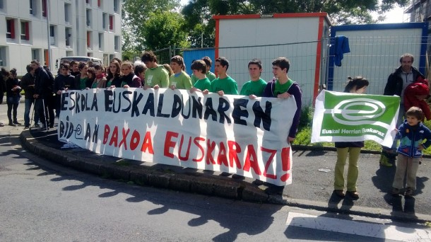 Rassemblement pour le droit de passer le bac en basque. Photo: DR