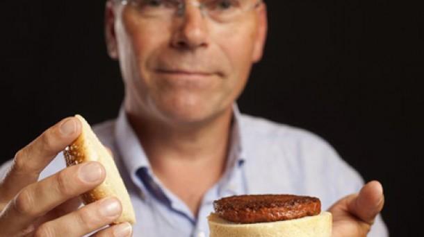 El profesor Mark Post sosteniendo la hamburguesa generada en un laboratorio por