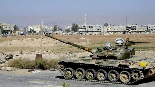 Un tanque vigila una zona de guerra en Siria. Efe.