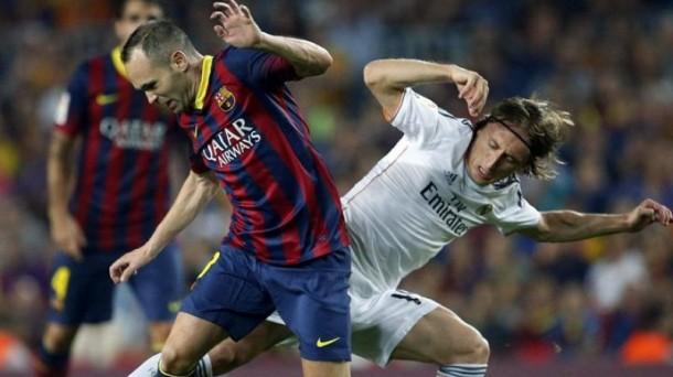 Iniesta y Modric, durante el partido de la primera vuelta. Efe