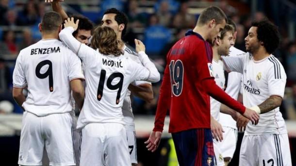 Jugadores del Real Madrid festejan el primer gol, ante un Riera cabizbajo. Efe.