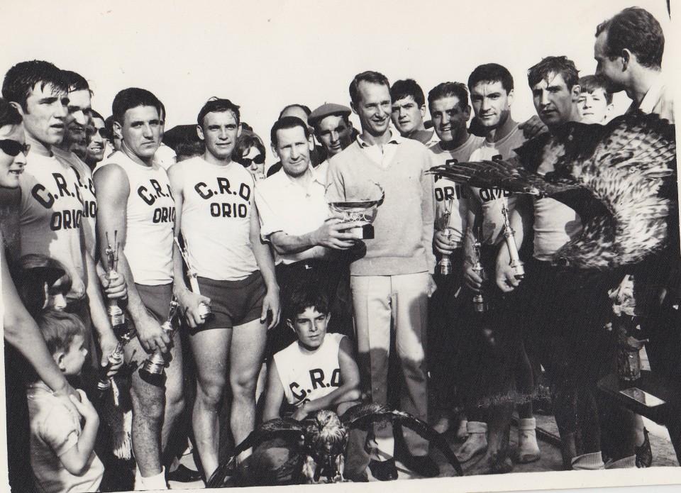 Jose Luis Korta eta Orioko arraunlariak Borboi sendiko ordezkaria erdian dela. Donostia, 1970eko hamarkada.