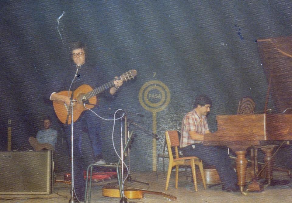 Antton Valverde pianoan eta Gorka gitarran, Donibane Lohizune. 1976