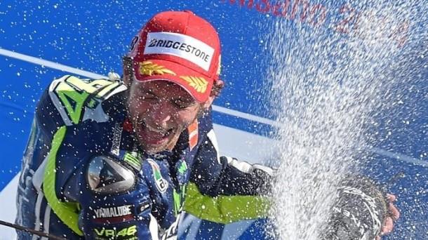 Valentino Rossi gana a lo grande en Catar