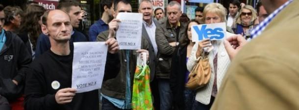 Eskoziako independentziaren aldekoak eta aurkakoak kalean eztabaidan. LEON NEAL