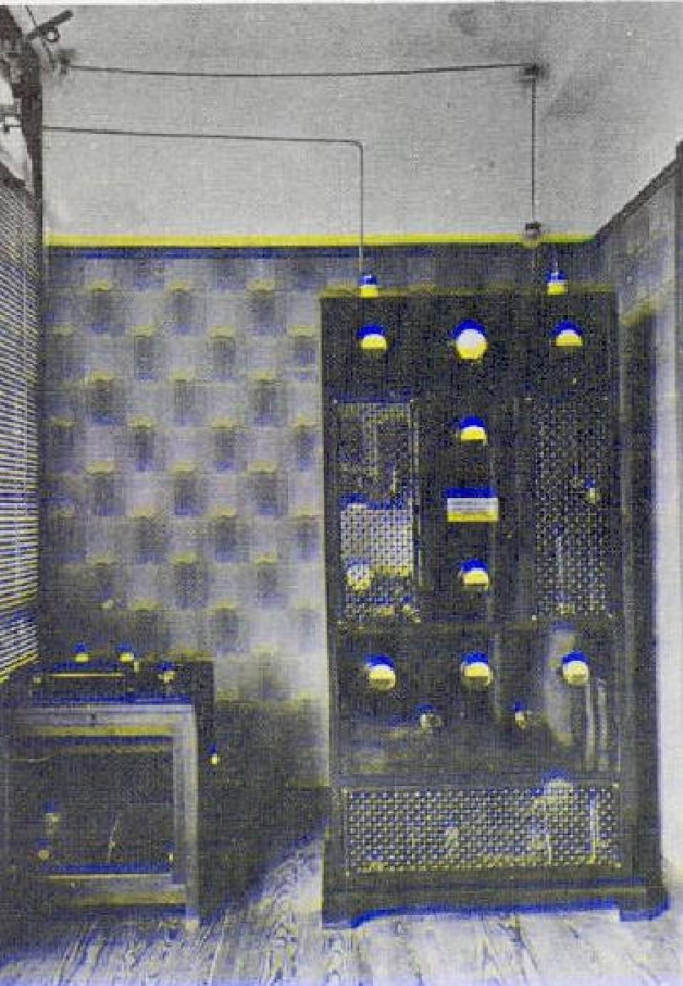 Estaba instalado  junto a los estudios de la emisora .Con el tiempo, los equipos emisores y antenas abandonarían el centro de las ciudades para instalarse en montes o colinas periféricas.