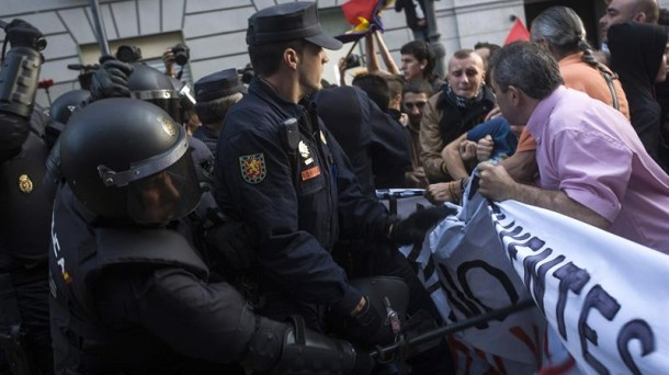 Tres detenidos y seis heridos en una protesta antimonárquica en Madrid  Madrid-protestas_efe_foto610x342