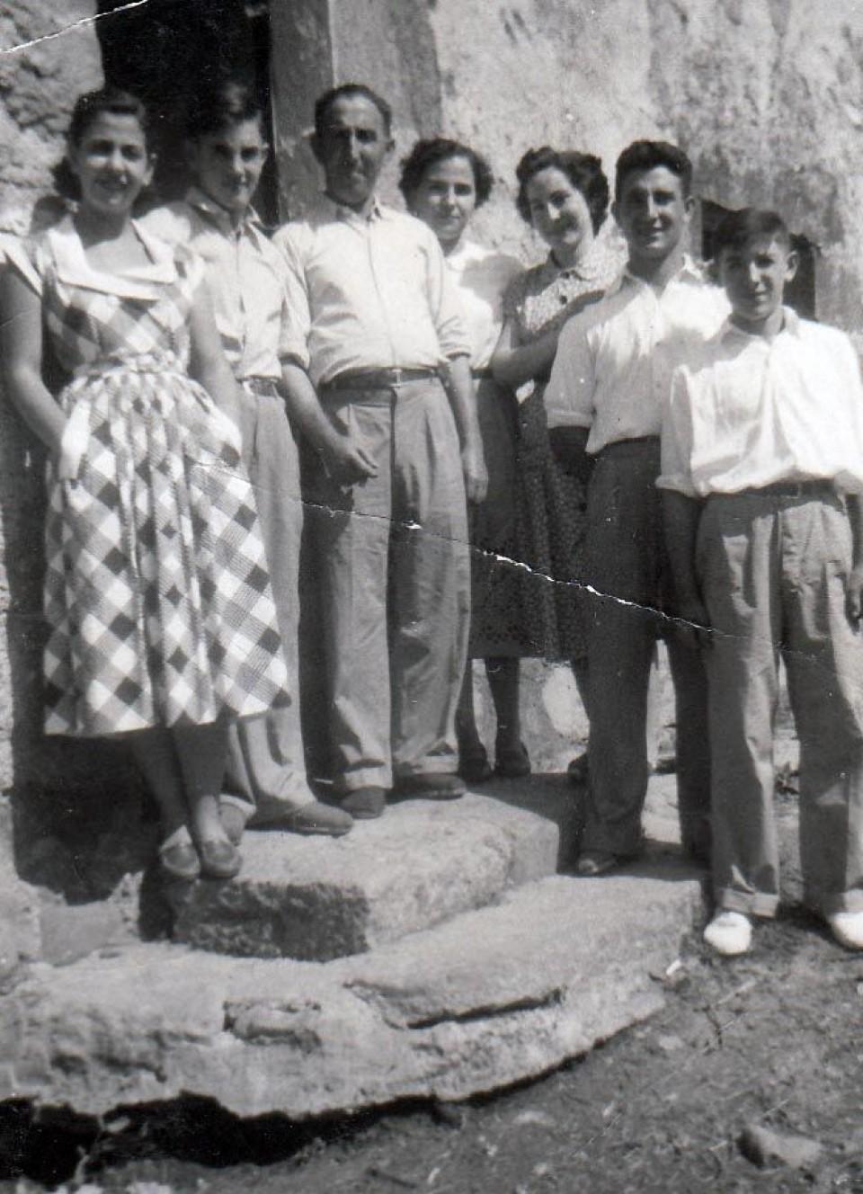 Joxe Mari, familiarekin (eskuinetik lehena), 1952an. Argazkia: EiTB