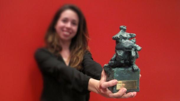 Libe Fernández Torrontegui muestra su galardón de los Premios Buber 2013. Foto: Libe Fernández