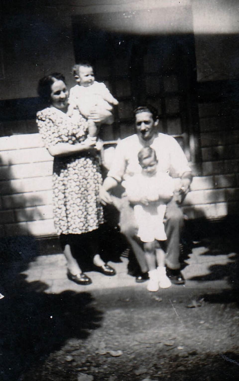 Miguel, Agustin eta gurasoak, jaiotetxean. Bergara, 1946
