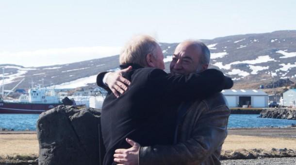 El abrazo que simboliza la reconciliación entre Gipuzkoa e Islandia. Foto: Diputación de Gipuzkoa
