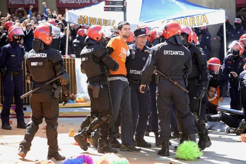 Desalojo del 'muro popular'. Foto: EFE.
