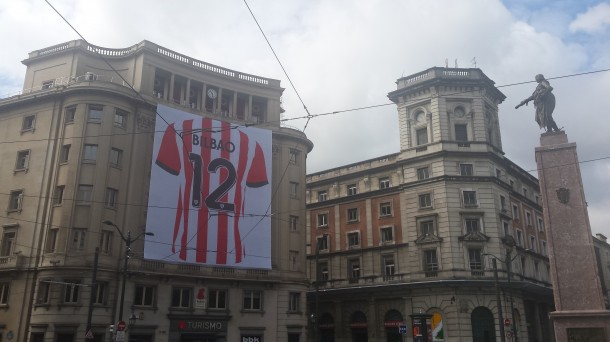 Don Diego señala la camiseta número 12
