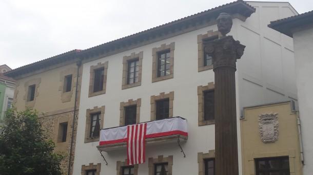 Plaza Unamuno. Don Miguel, con el Museo vasco al fondo