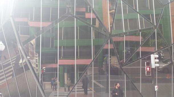 Las banderas de la Cámara de Comercio, reflejada