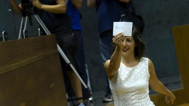 La portavoz de Podemos en el Parlamento de Navarra, Laura Pérez, muestra su voto en el Parlamento de Navarra. Foto: EFE