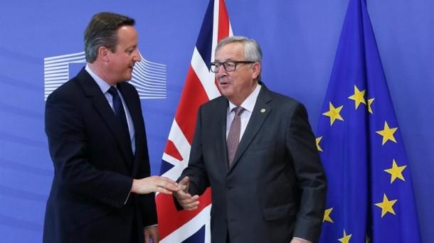 David Cameron y Jean-Claude Juncker, antes de su reunión en Bruselas. EFE.