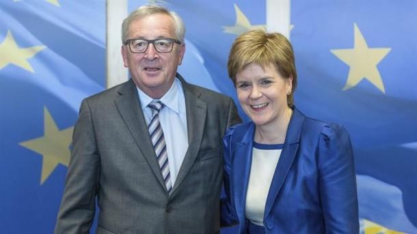 Jean-Claude Juncker eta Nicola Sturgeon, atzo Bruselan. EFE