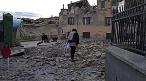 Un fuerte sismo sacude Italia y causa más de un centenar de muertos