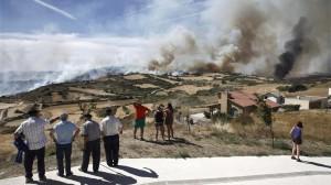 Los bomberos comienzan a estabilizar el incendio forestal de Tafalla