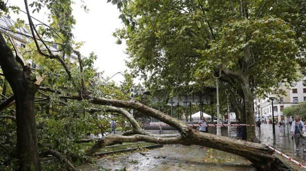 El viento y la lluvia azotan con fuerza San Sebastián