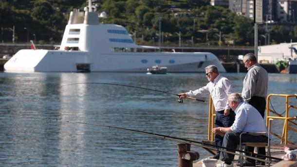 El yate 'A' llega a Pasaia. Foto: EFE