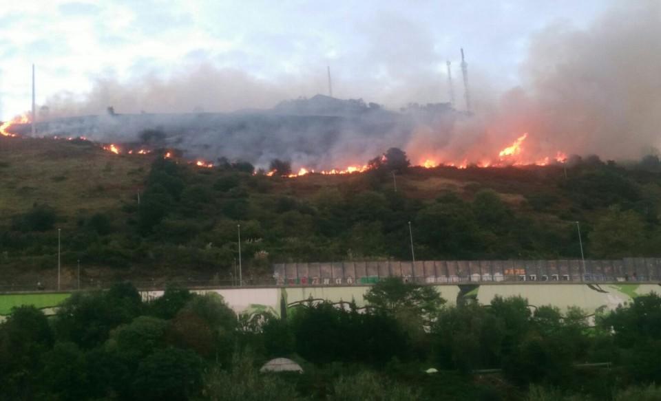 Fotos: Incendio en el monte Banderas de Bilbao. Foto: Radio Euskadi