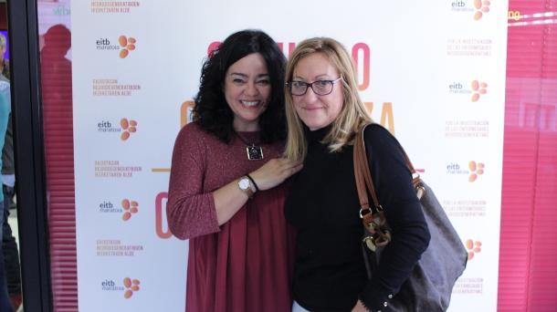 Gurutze Beitia y la presidenta de la Asociación Alzheimer. Foto: EiTB.