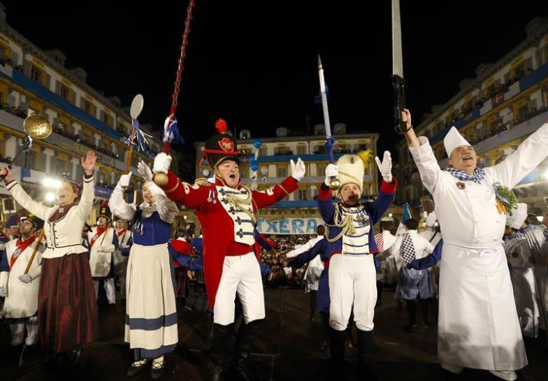 Los tambores retumban en la plaza de la Constitución. EFE