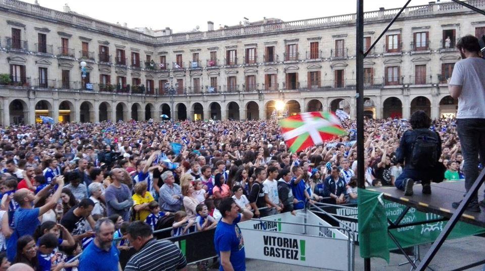 Pantalla gigante en la Plaza Nueva de Vitoria. Se verá el partido con el audio de Radio Vitoria