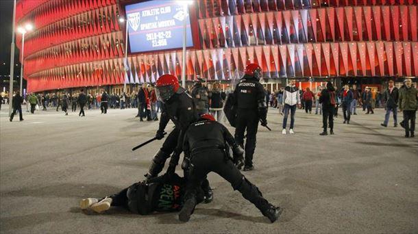 Ertzain bat hil da Athletic eta Spartaken partidaren aurretik. Argazkia: EFE