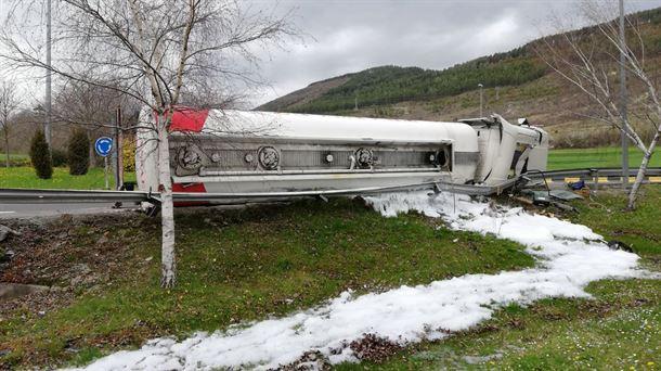 Vuelco de camión en Ansoáin y vertido de gasoil al Arga. Foto: Bomberos Navarra..